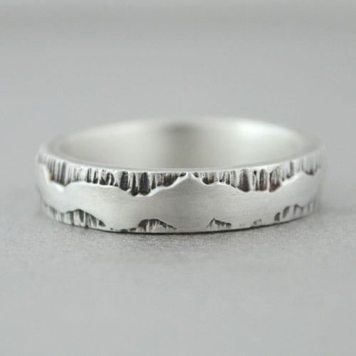 alianza de plata artesanal, textura corteza de árbol