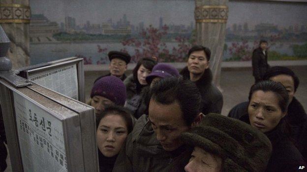 Чтение газет в Северной Корее