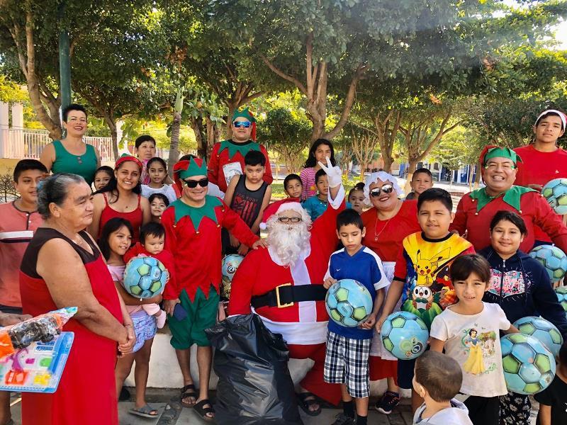 Grupo Compartiendo Sonrisas, festeja a niños por Día de Reyes en Manzanillo