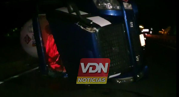 Vuelca pipa de gas en la carretera Colima-Guadalajara, en el Trapiche