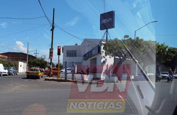 Asaltan a un hombre al salir de sucursal bancaria en Tecomán, logran despojarlo de 35 mil pesos