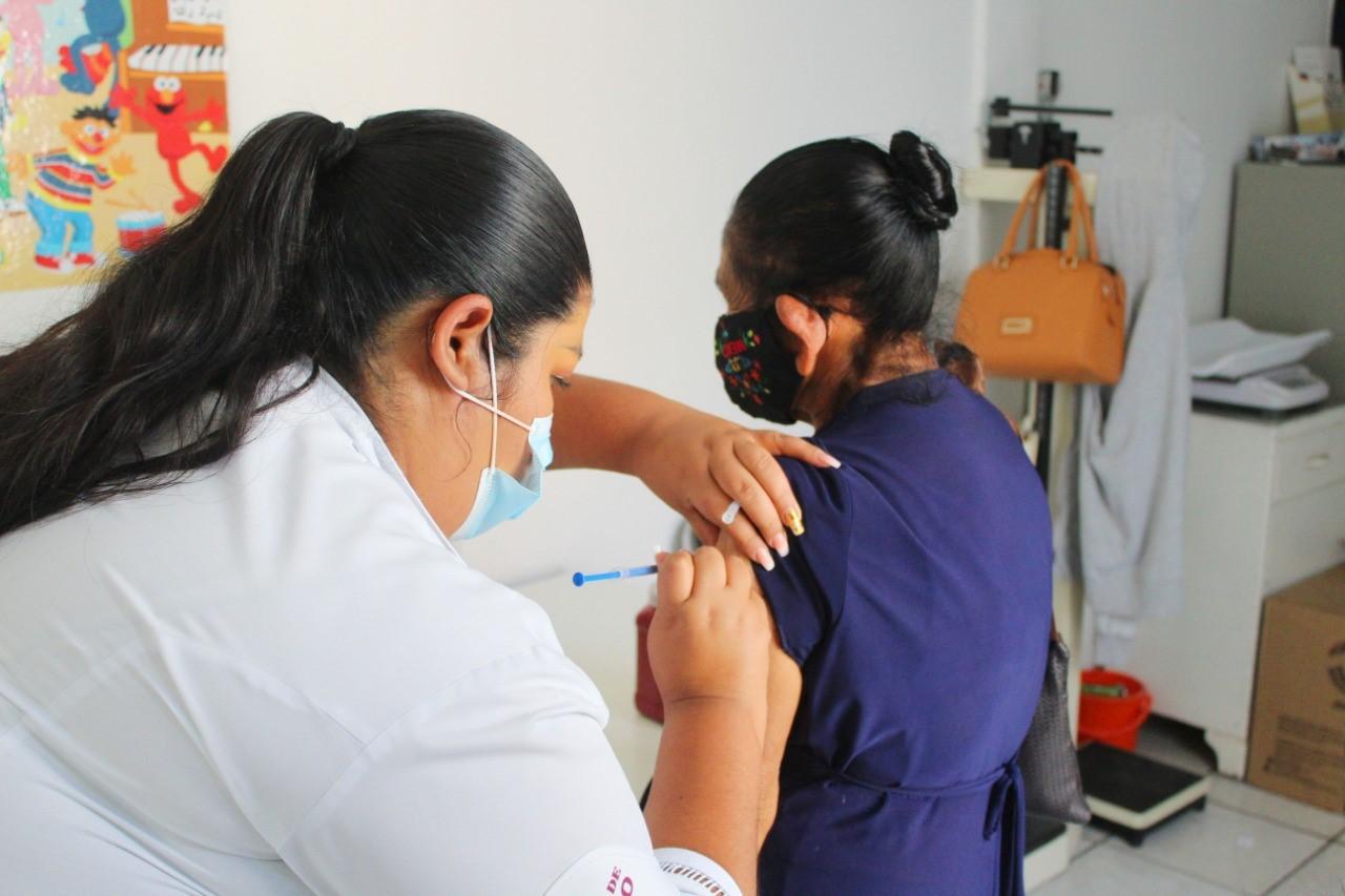 Anticuerpos de COVID-19 perduran 12 meses después y aumentan con vacuna