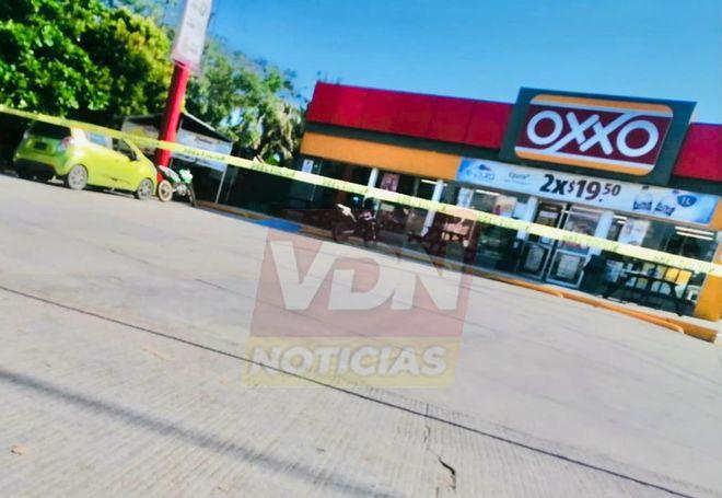 Balean a tres hombres afuera de un Oxxo en Campos, en Manzanillo, uno muere en el lugar