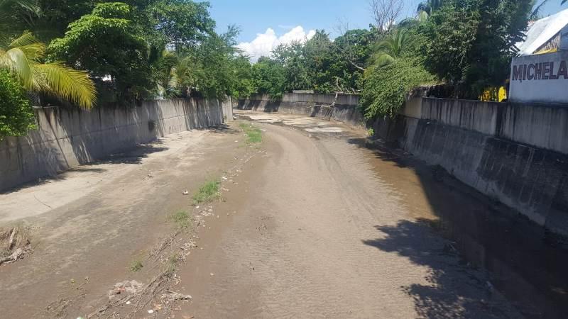 Se desprenden losas de concreto del arroyo Salagua