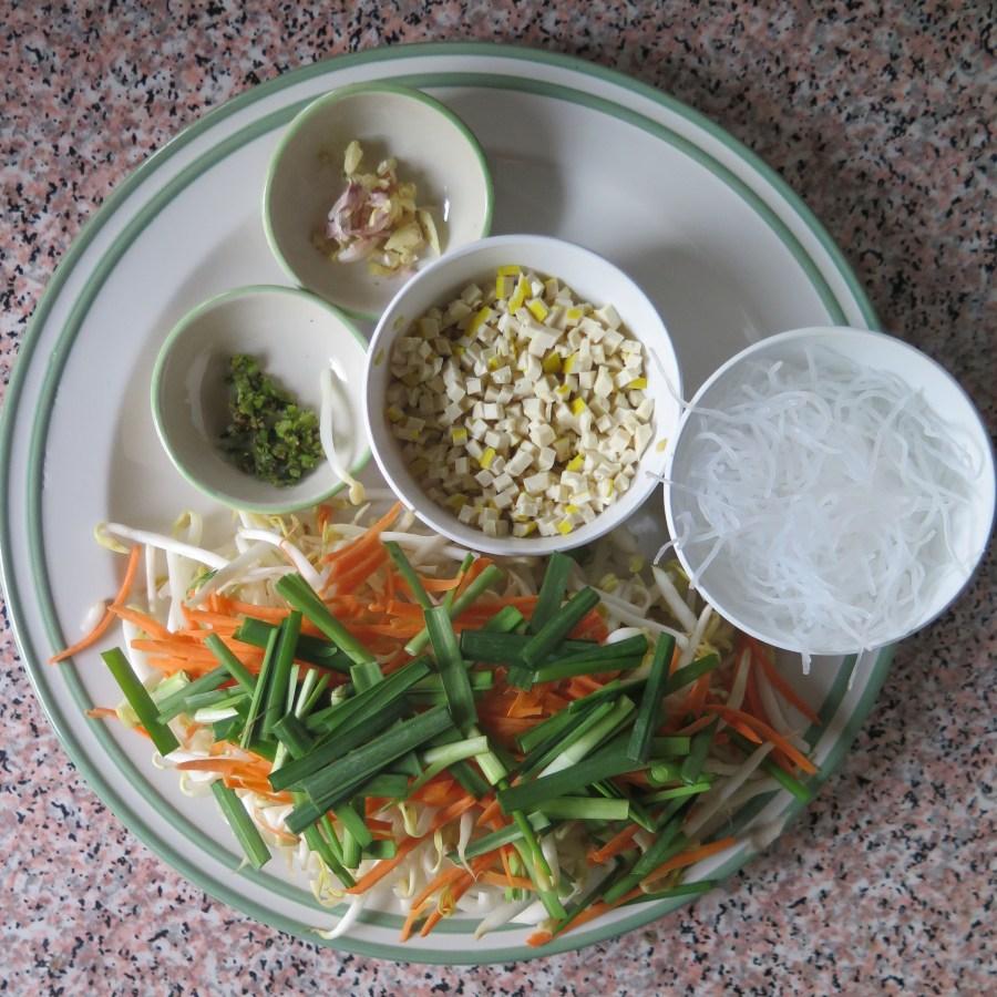 Ready pour le premier plat: les nems! Tofu, germes de soja, nouilles de riz, ail, carottes râpées, ca va frétiller dans le wok!