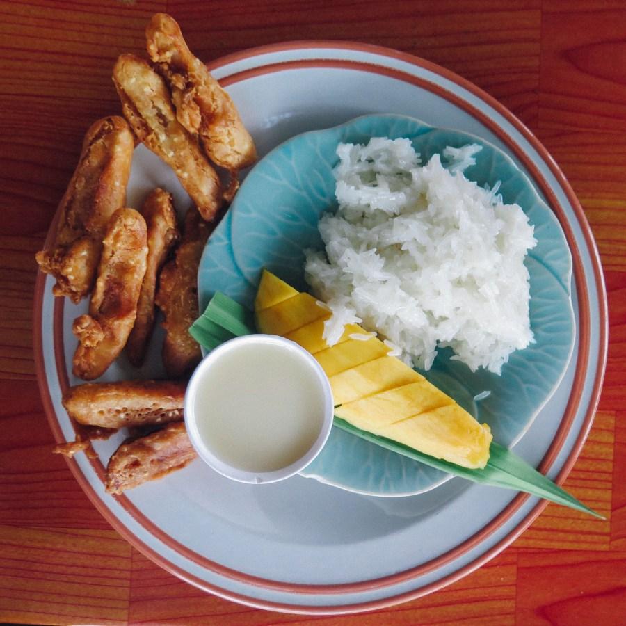 Pour finir sur une note sucrée, on ne resistera pas aux bananes frites (une tuerie) et à la mangue au lait de coco et riz gluant sucré, un classique.