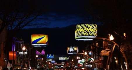 La colorée rue Cartier vu de nuit. Photo par Eric Biron.