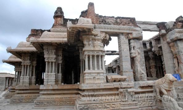 विट्टल मंदिर की यह नाट्यशाला भी बेजोड़ शिल्प का नमूना है। माना जाता है कि इसके पत्थरों में से अलग-अलग वाद्यों का संगीत निकलता था