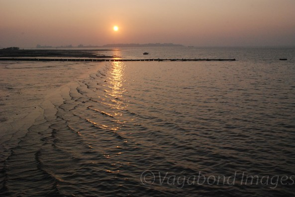 Sun sets at Elephanta