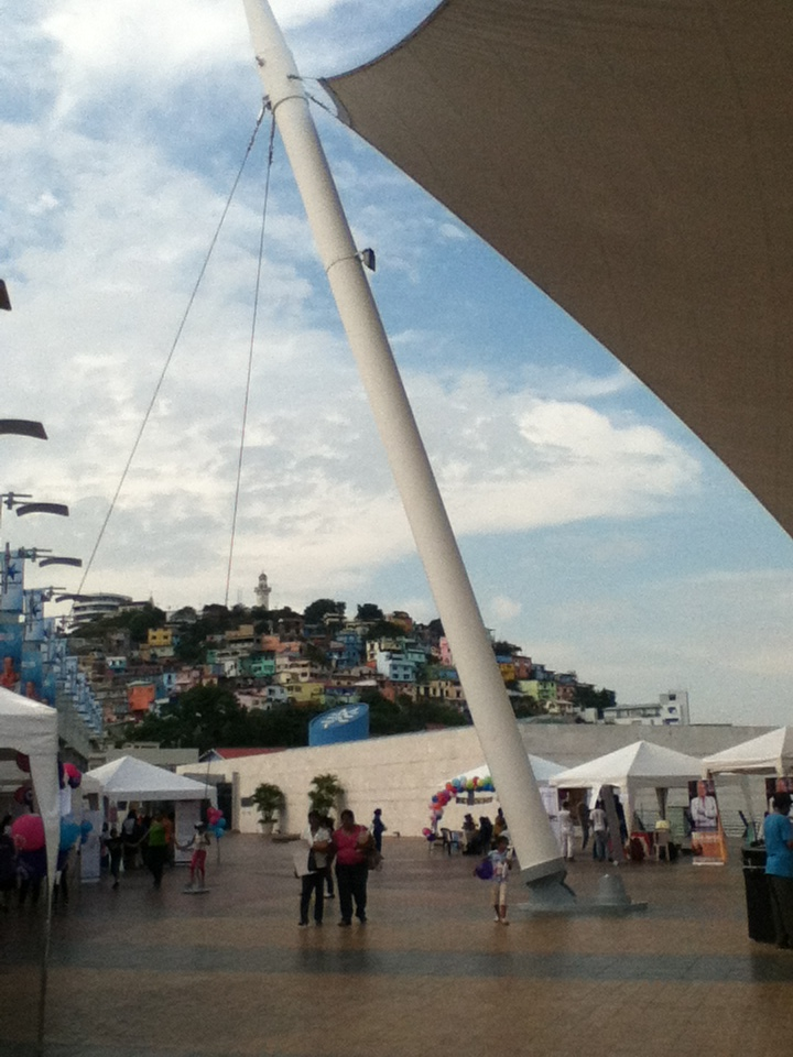 Desde el Malecón 2000 se aprecian las casitas de colores del barrio Las Peñas.