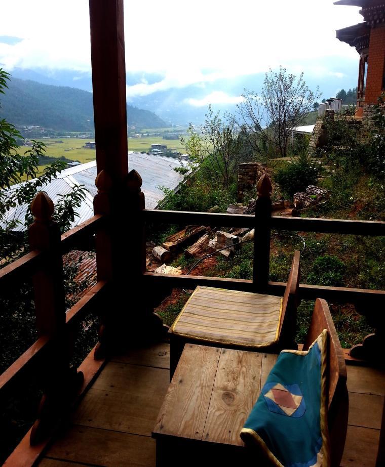 Balcón con vistas en nuestra habitación del Dewachen Resort en Paro (Bután)