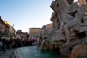 Mucha gente recorriendo los puestos navideños en la Piazza Navona