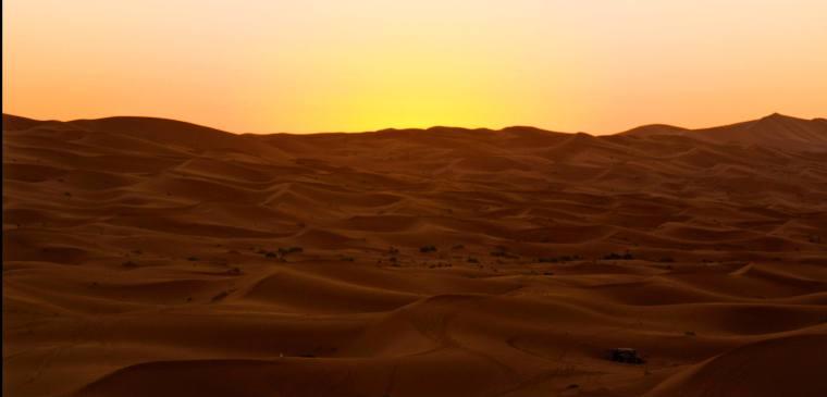 Amanecer en el desierto del Sahara, en Merzouga (Marruecos)