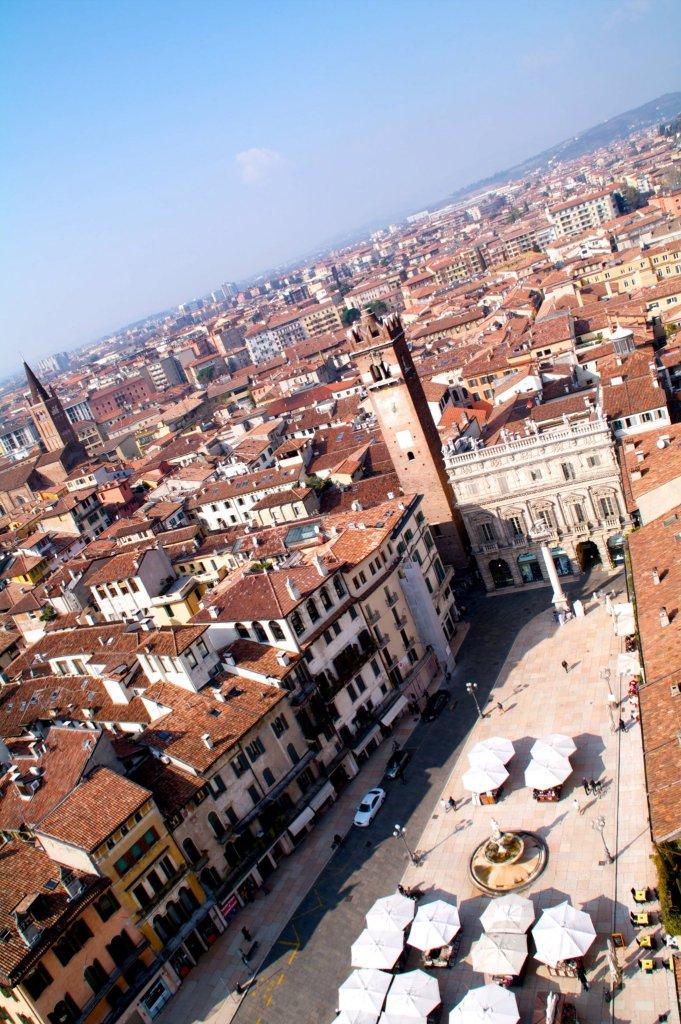 Plaza Erbe, vista desde la Torre dei Lamberti, en Verona