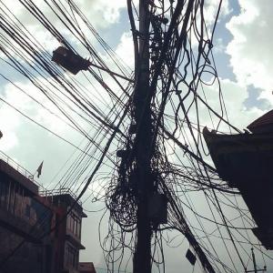 Maraña de cables en los postes eléctricos en Katmandú