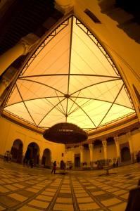 Lámpara en el patio interior del Museo de Marrakech