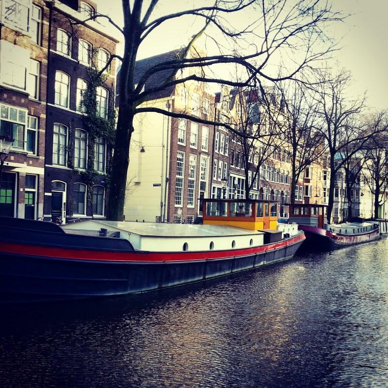 Casa barco en un canal de Amsterdam