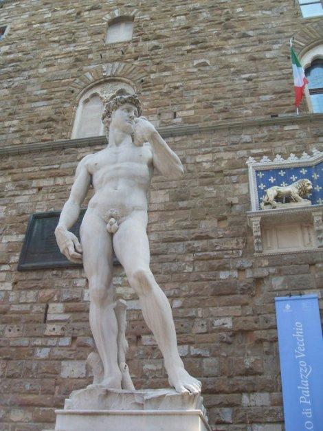 La estatua (réplica) del David de Miguel Ángel en la Piazza della Signoria de Florencia