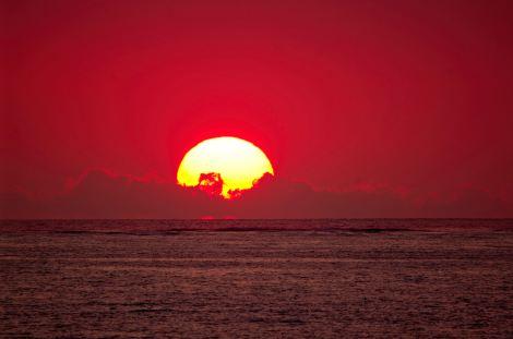 Atardeceres mágicos en Madagascar con un cielo teñido de rojo