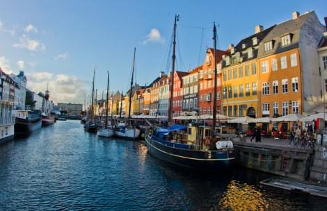 Barcos, terrazas y fachadas de colores en Nyhavn