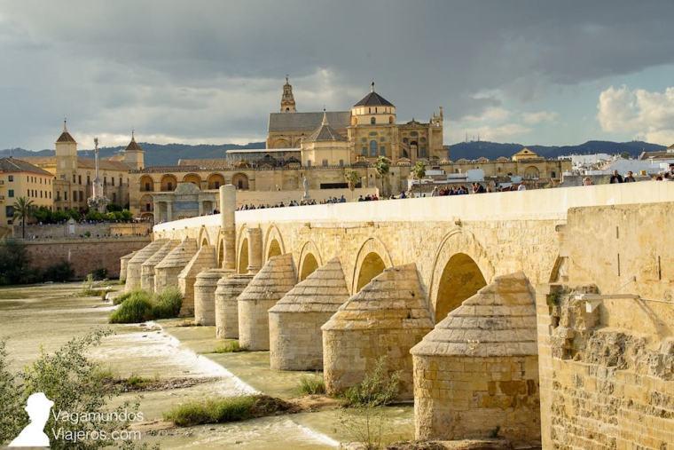 Vista del barrio de la Judería y la Mezquita de Córdoba desde el puente romano sobre el río Guadalquivir