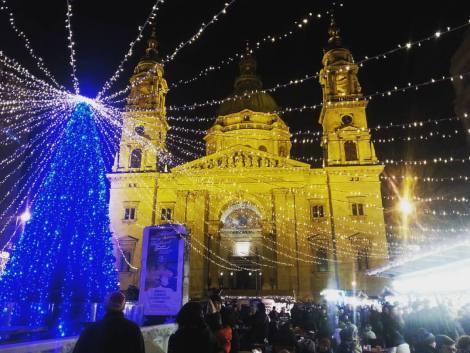 Mercado navideño frente a la Basílica de San Esteban