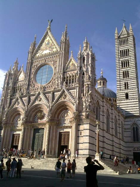 Fachada de la impresionante y multicolor catedral de Siena