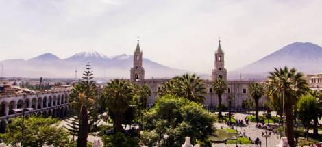 Arequipa, la ciudad blanca. Vista de la Plaza de Armas, la Catedral y los volcanes, desde el café terraza del hotel Katari
