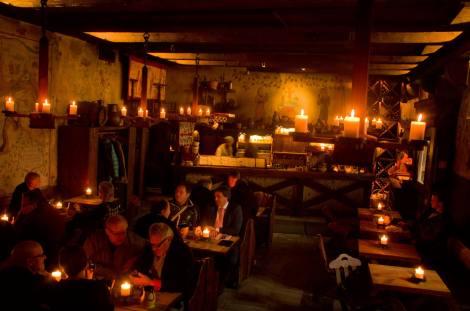 El restaurante medieval Olde Hansa es parada obligatoria, igual que probar sus cervezas con miel o canela