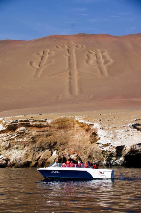 En el trayecto en barco hacia las islas Ballestas es posible ver el famoso geoglifo en forma de candelabro