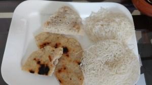 Desayuno típico de Sri Lanka. Las tortitas que parecen fideos enrollados se llaman idiyappam (solas o con un relleno dulce de coco y miel). También sirven roti, una especie de tortitas de coco (más gruesas que las occidentales)