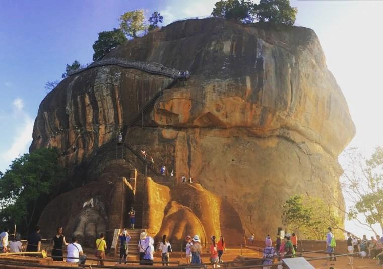 Al último tramo de subida a la roca de Sigiriya se accede a través de la puerta con las garras del león