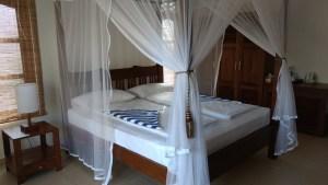Hotel Lanka Beach Bungallows, en Tangalle. Las habitaciones con muebles en madera y muy amplias