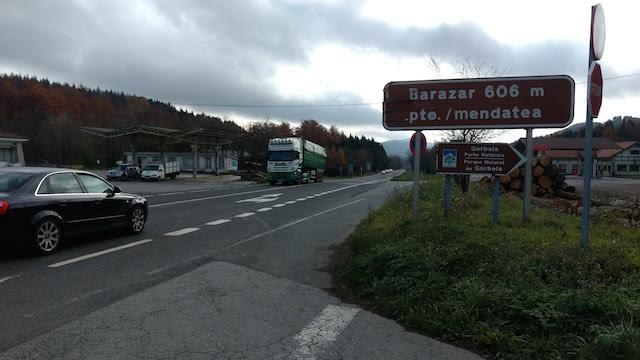 Señal en la carretera N-240 que indica el acceso al hayedo de Otzarreta en el Parque Gorbea