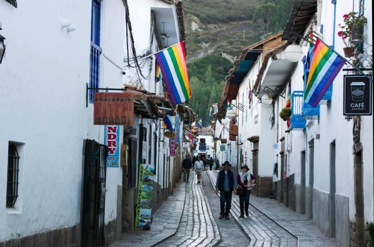Las banderas multicolor de la ciudad adornan las calles de Cuzco