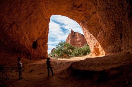 La senda de las Valiñas atraviesa las cuevas de La Encantada y La Cuevona. Las Médulas de León