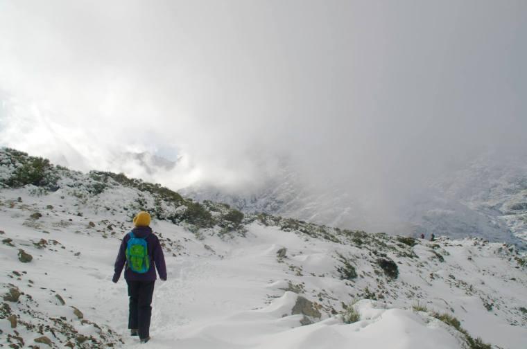 Al llegar a la parte más alta de la ruta (Los Barrerones, a 2.200 metros) la nieve y la niebla aumentan considerablemente