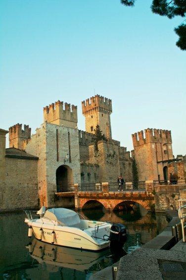 Entrada al casco antiguo de Sirmione, pasando por el puente levadizo del castillo scaligero