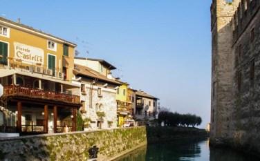 La entrada a Sirmione: calles empedradas, el lago de Garda y el castillo Scaligero