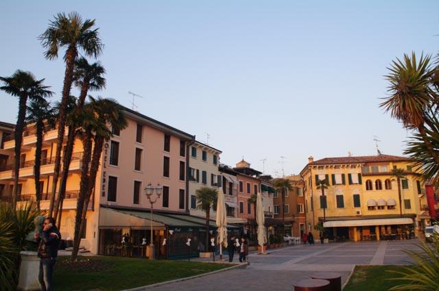 La plaza Giosuè Carducci en Sirmione acoge numerosos bares y restaurantes