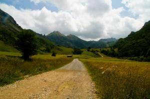 El camino pronto empieza a ascender para llegar al Lago del Valle. Somiedo, Asturias