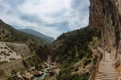 El Caminito del Rey continúa por un tramo que va ampliándose, dejando atrás el cañón rocoso