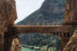 El puente colgante, a 105 metros de altura, es posiblemente la imagen más conocida del Caminito del Rey