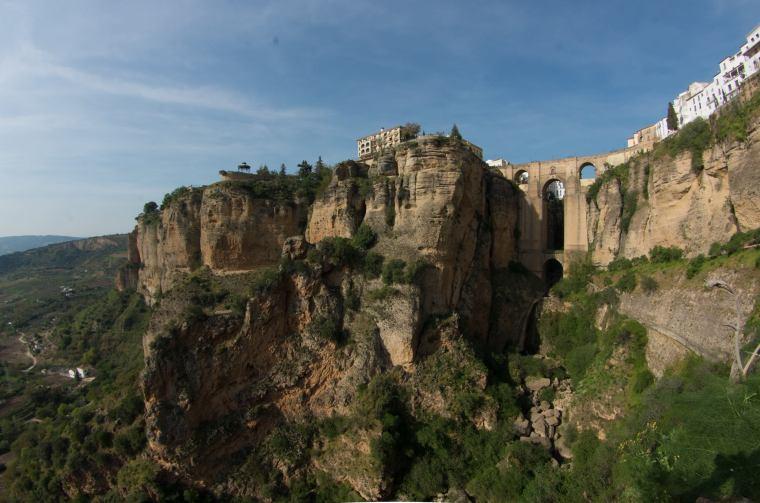 El Tajo de Ronda y el Puente Nuevo desde el sendero que desciende hasta el río Guadalevín