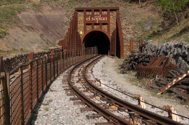La entrada a la cueva El Soplao se hace aprovechando el antiguo túnel de la mina (reacondicionado y mejorado)