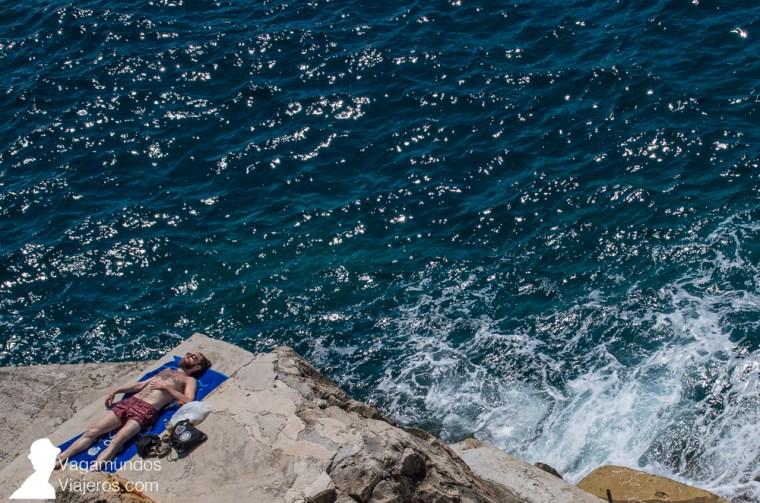 Los recovecos rocosos de las murallas de Dubrovnik son playas improvisadas en las que tomar el sol y darse un chapuzón en el Adriático