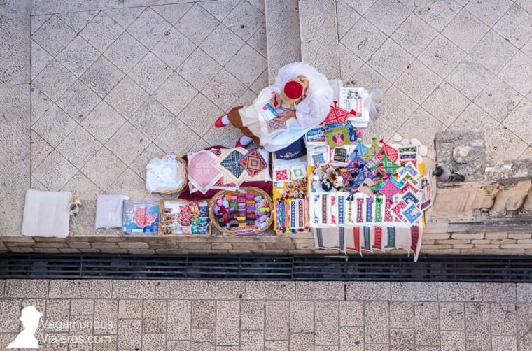 Artesana vendiendo sus bordados tradicionales junto a la Puerta de Ploce en Dubrovnik