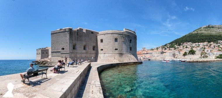 El Fuerte de San John, en uno de los extremos del puerto viejo, forma parte de las murallas de Dubrovnik