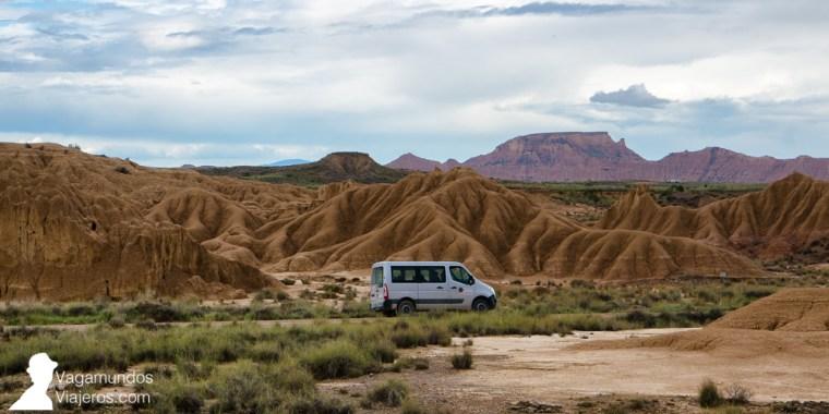 Puedes recorrer las Bardenas por tu cuenta, en coche, o bien contratar una de las múltiples excursiones privadas que existen