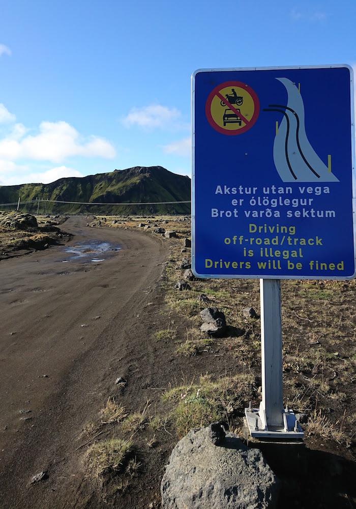 Señal advirtiendo de que está prohibido circular con el coche fuera de la carretera señalizada
